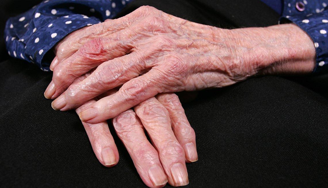 Manos de una mujer mayor