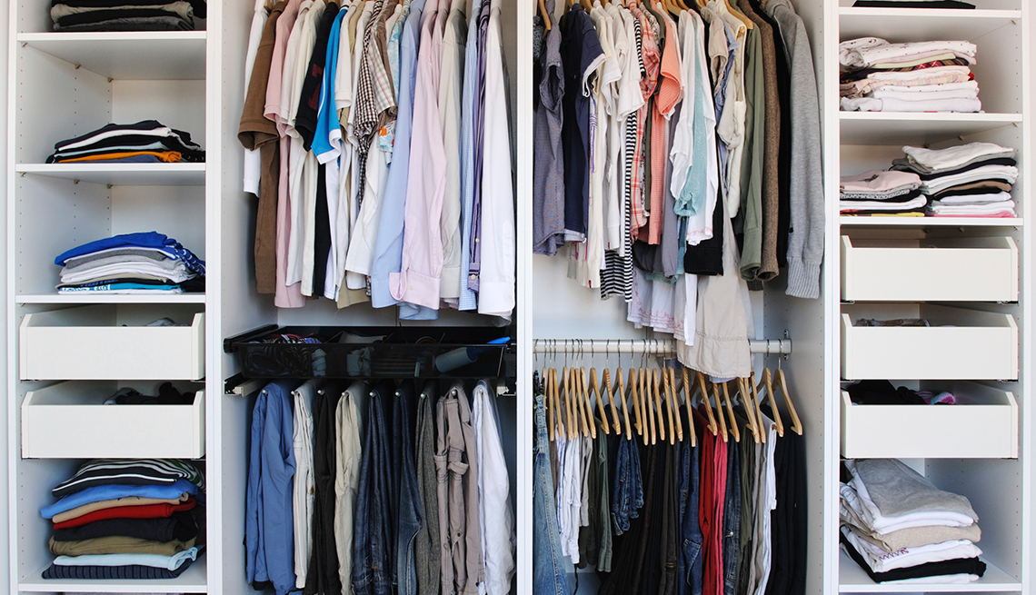 Armario con ropa