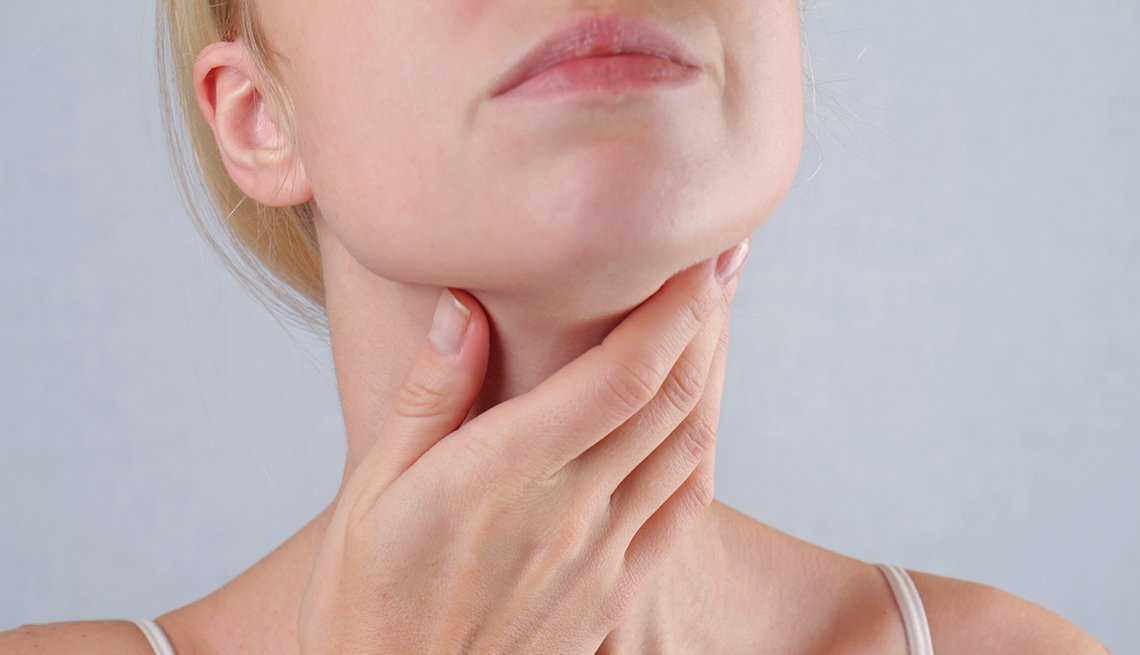 Neck swelling is a symptom of thyroid cancer