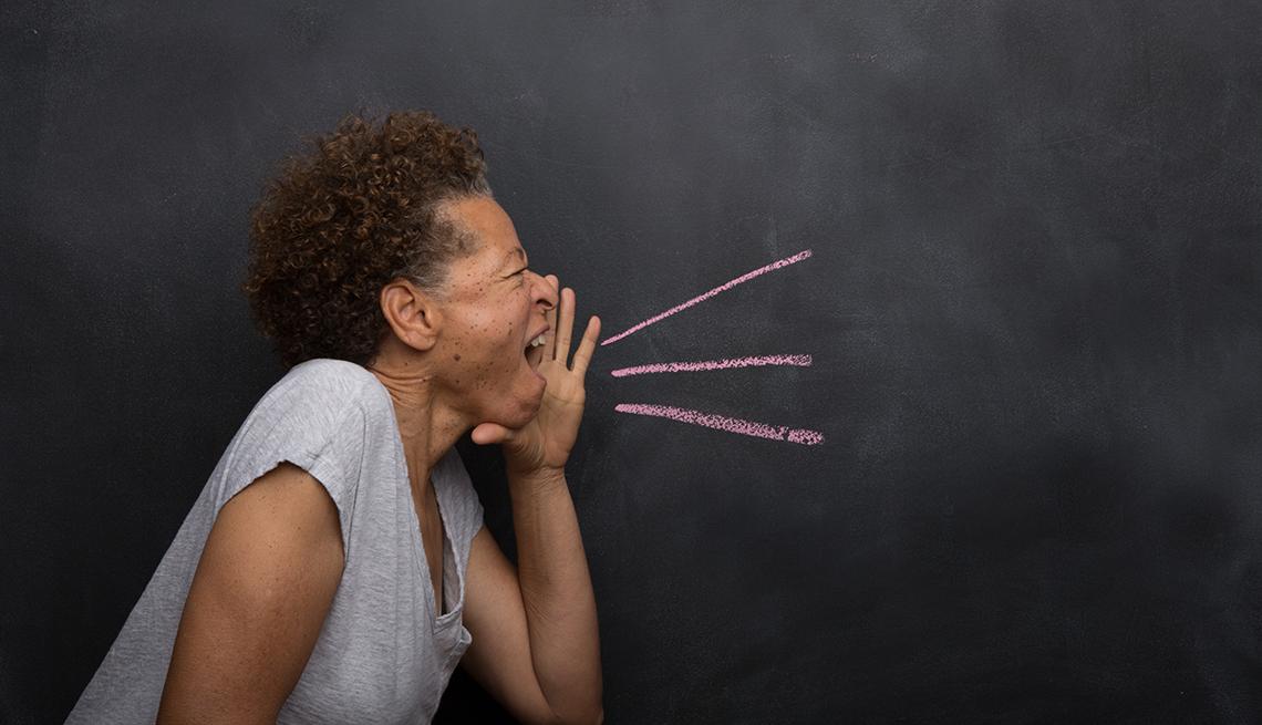 Mujer madura afroamericana gritando