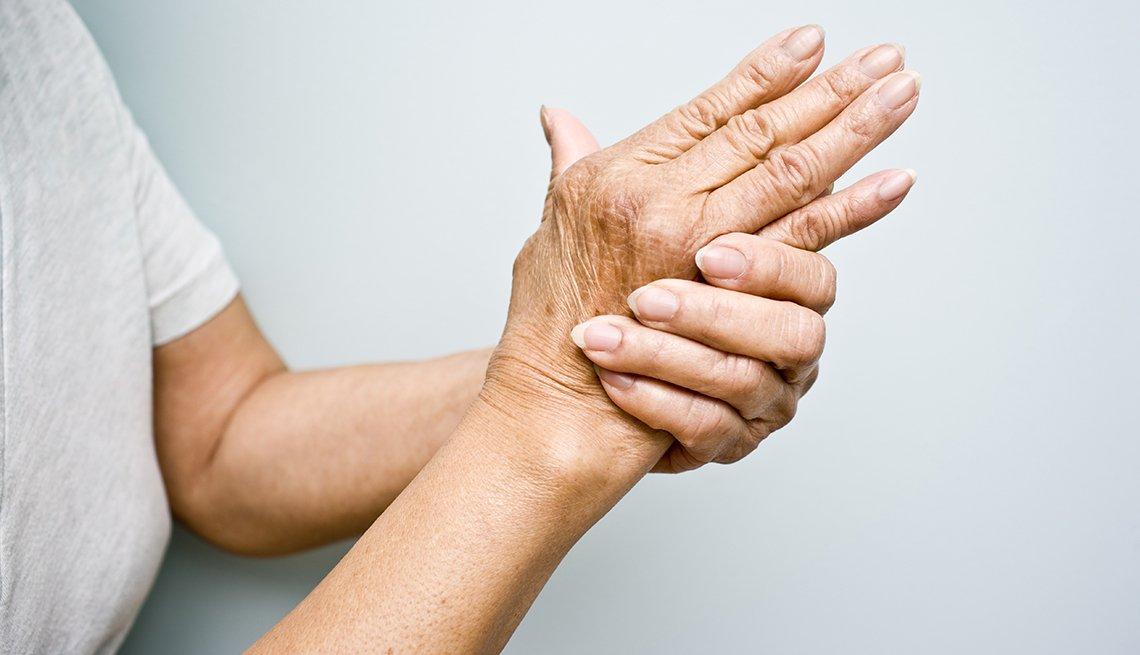 Persona masajeando sus manos