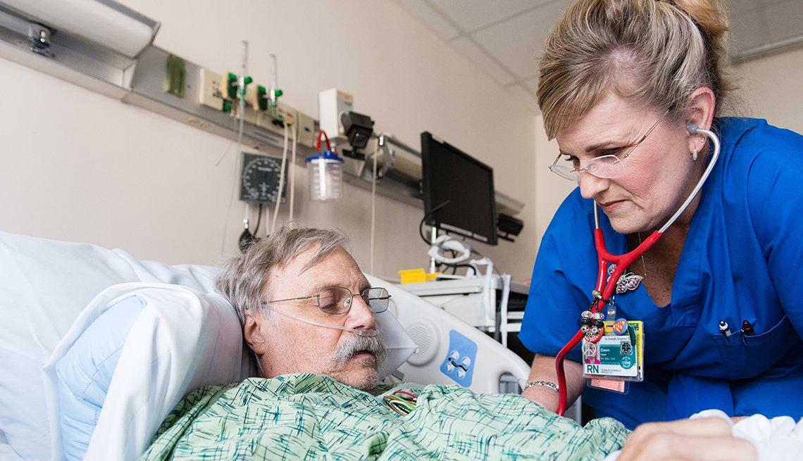 Paciente hospitalizado y enfermera en una habiatación de hospital