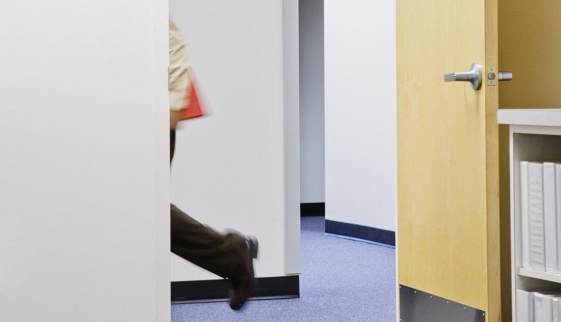Persona saliendo de una oficina