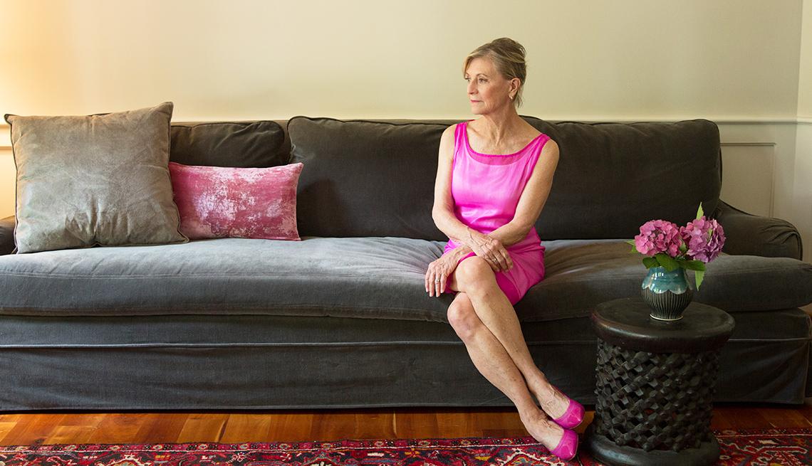 Mujer sentada sola