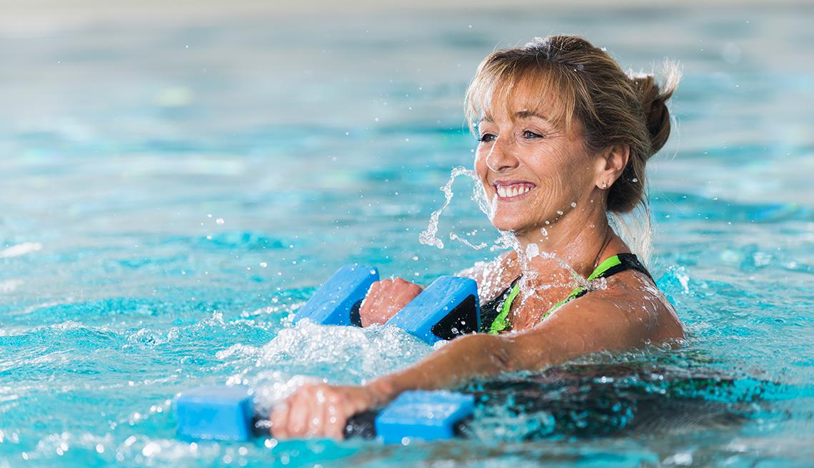 Mujer haciendo ejercicios en un piscina