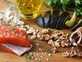 Pescado, ajos, aceite, aguacates y nueces sobre una mesa