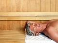 Hombre en un sauna