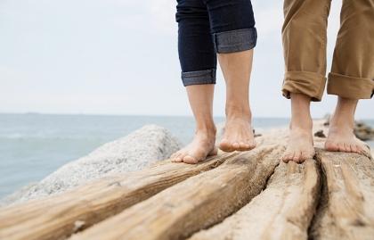 Pies de una pareja caminando sin zapatos