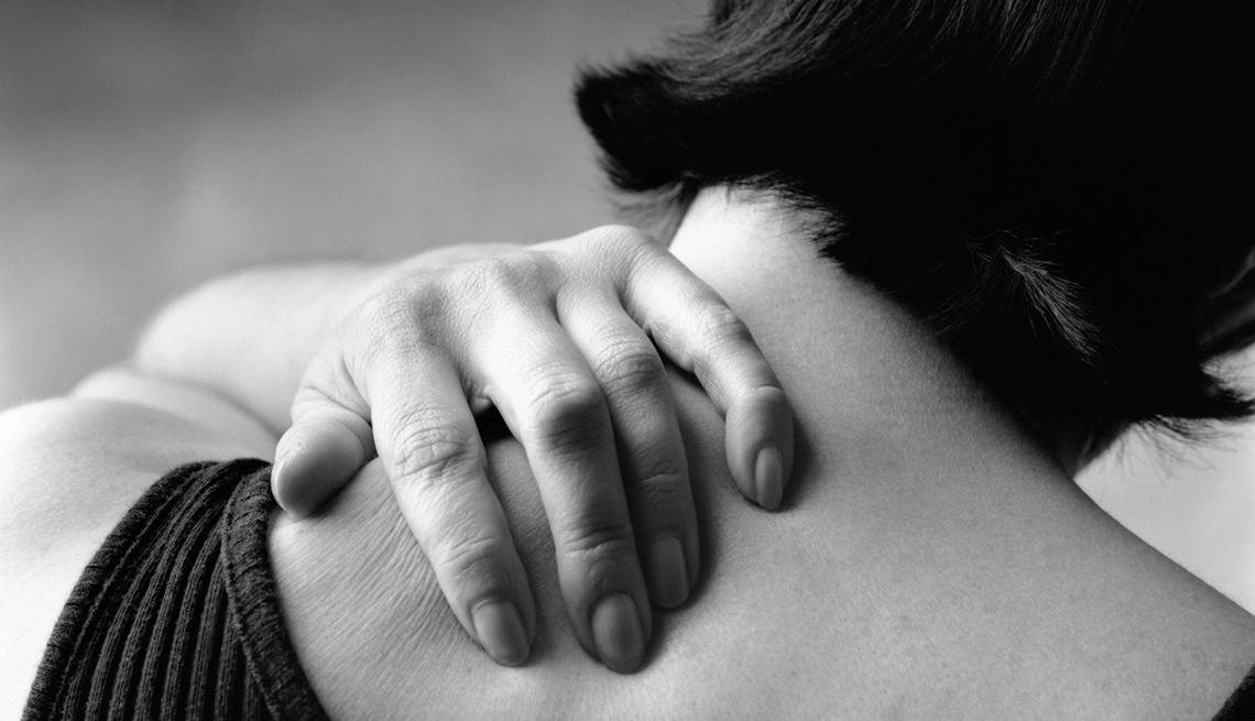 Mujer tocándose la espanlda