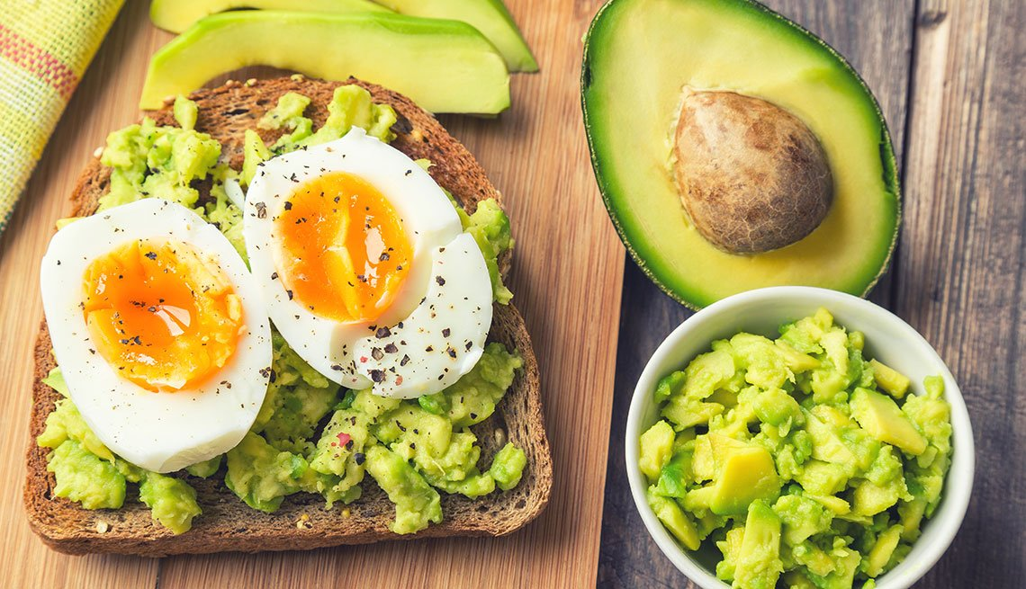 Huevos sobre pan tostado y aguacate