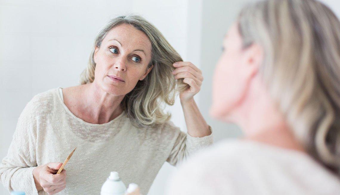 Mujer revisando su cabello