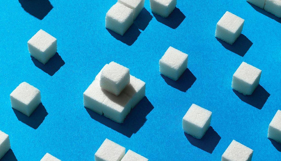 Cubos de azúcar sobre fondo azul