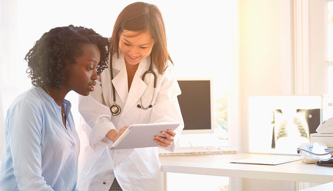 Mujer consultando su médico