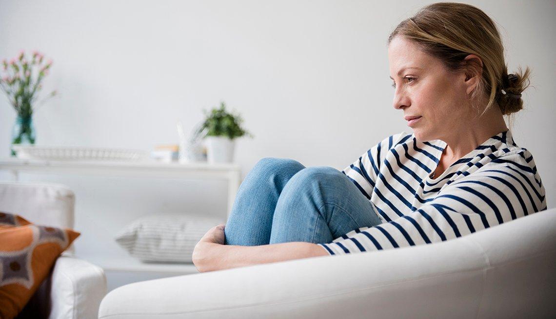 Mujer sentada en un sillón
