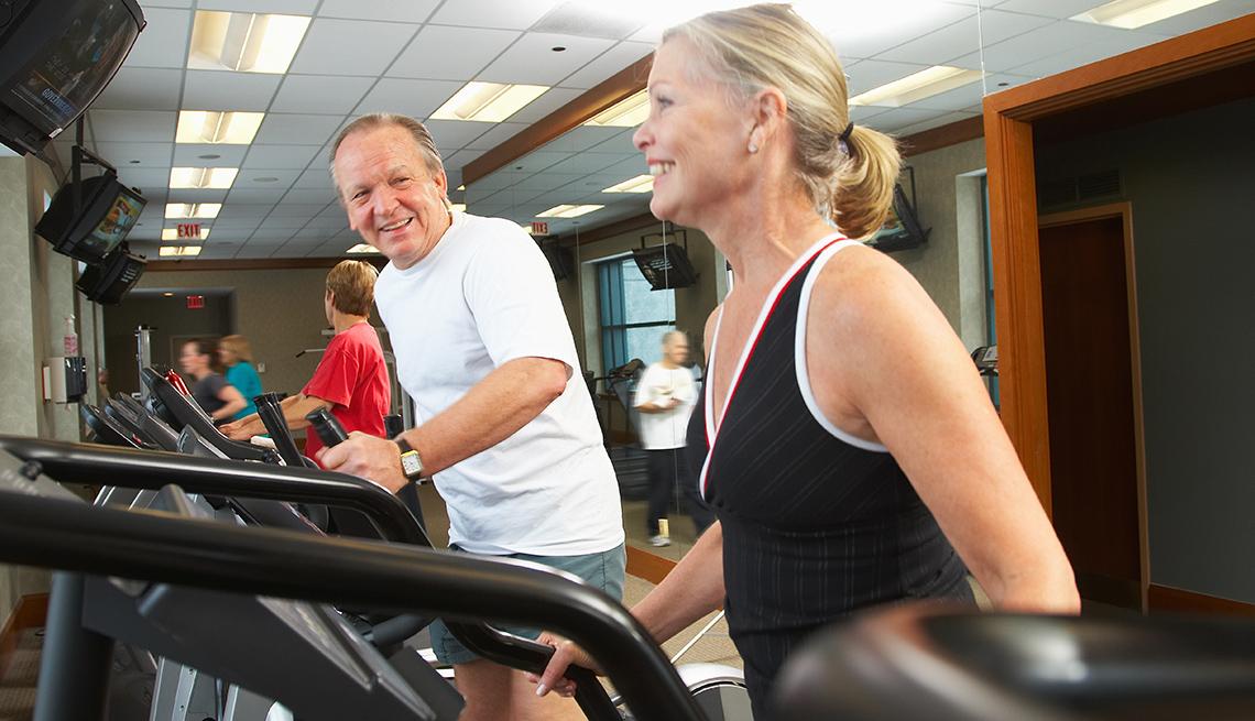 Adultos haciendo ejercicios en un gimnasio