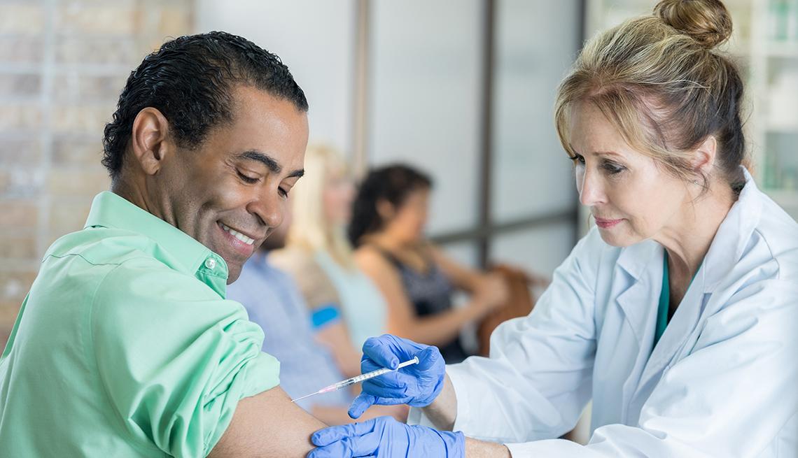 Hombre recibiendo su dosis de vacuna