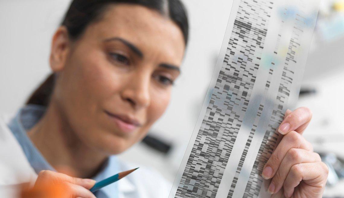 Mujer examinando un examen de ADN