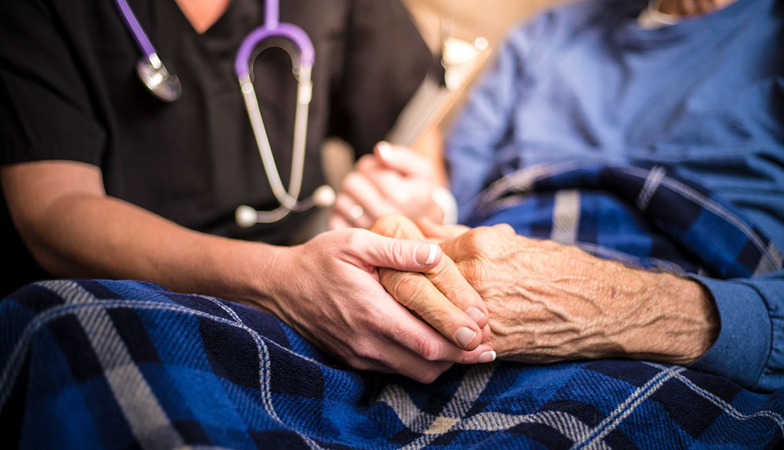 Personal médico cuidando de una persona mayor