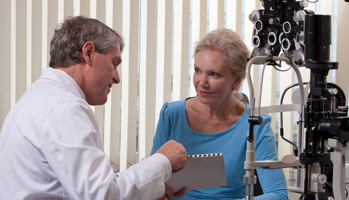 Mujer en una consulta con su oftalmólogo