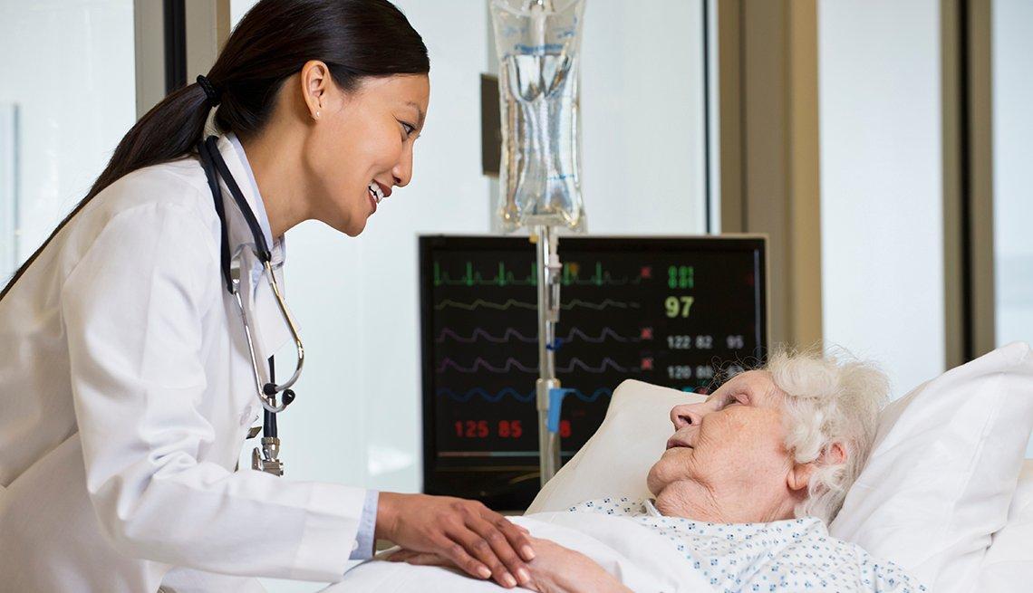Doctora atendiendo una paciente