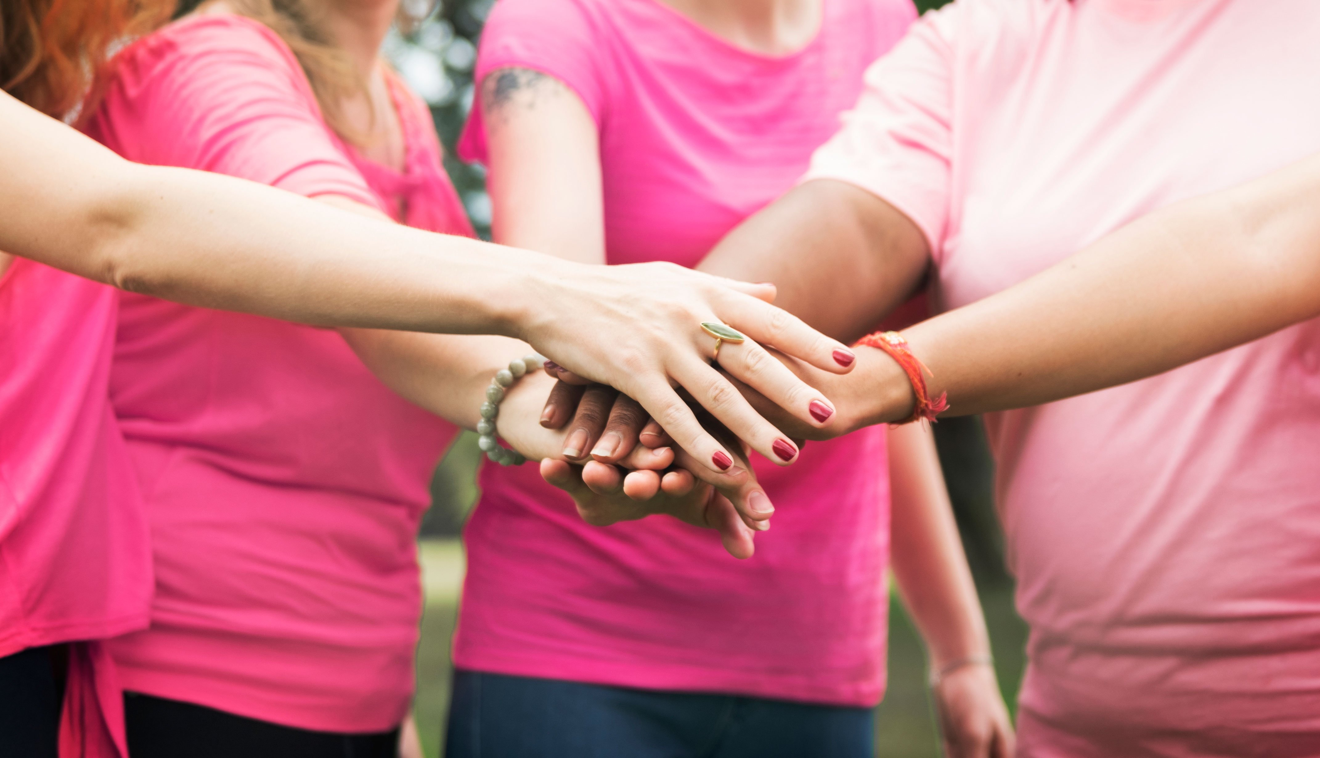 Grupo de mujeres juntando sus manos