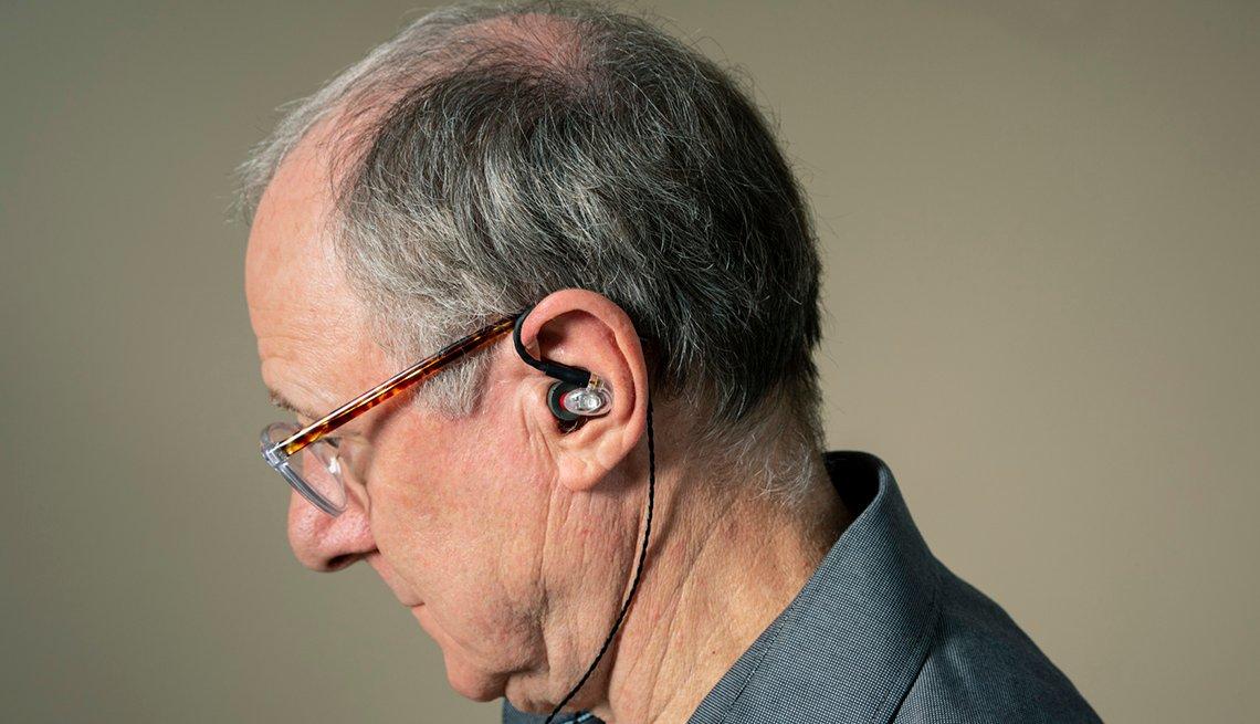 Hombre mayor con audífonos