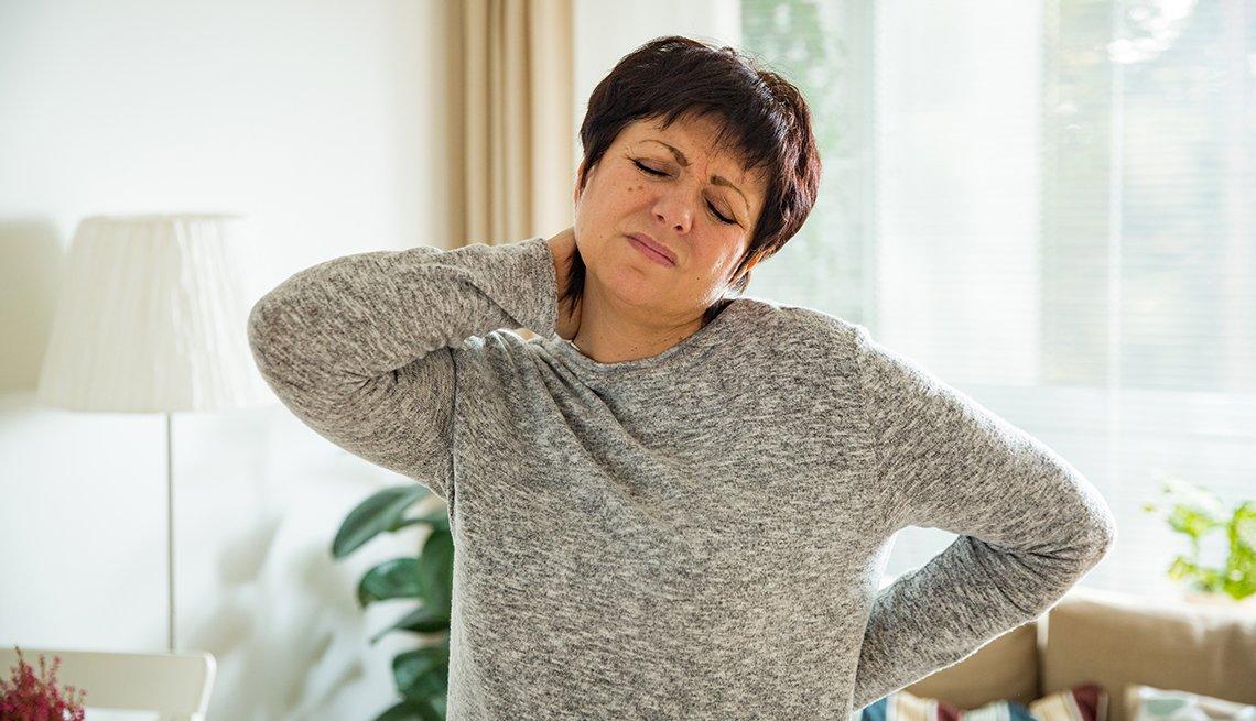 Mujer con dolor en el cuello