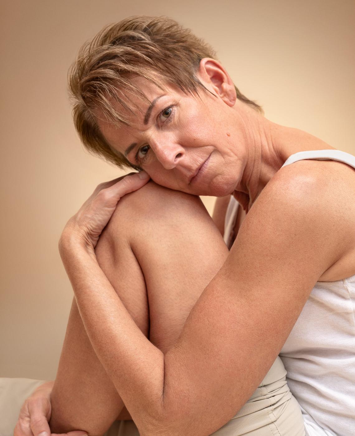 Mujer con su cabeza en la rodilla