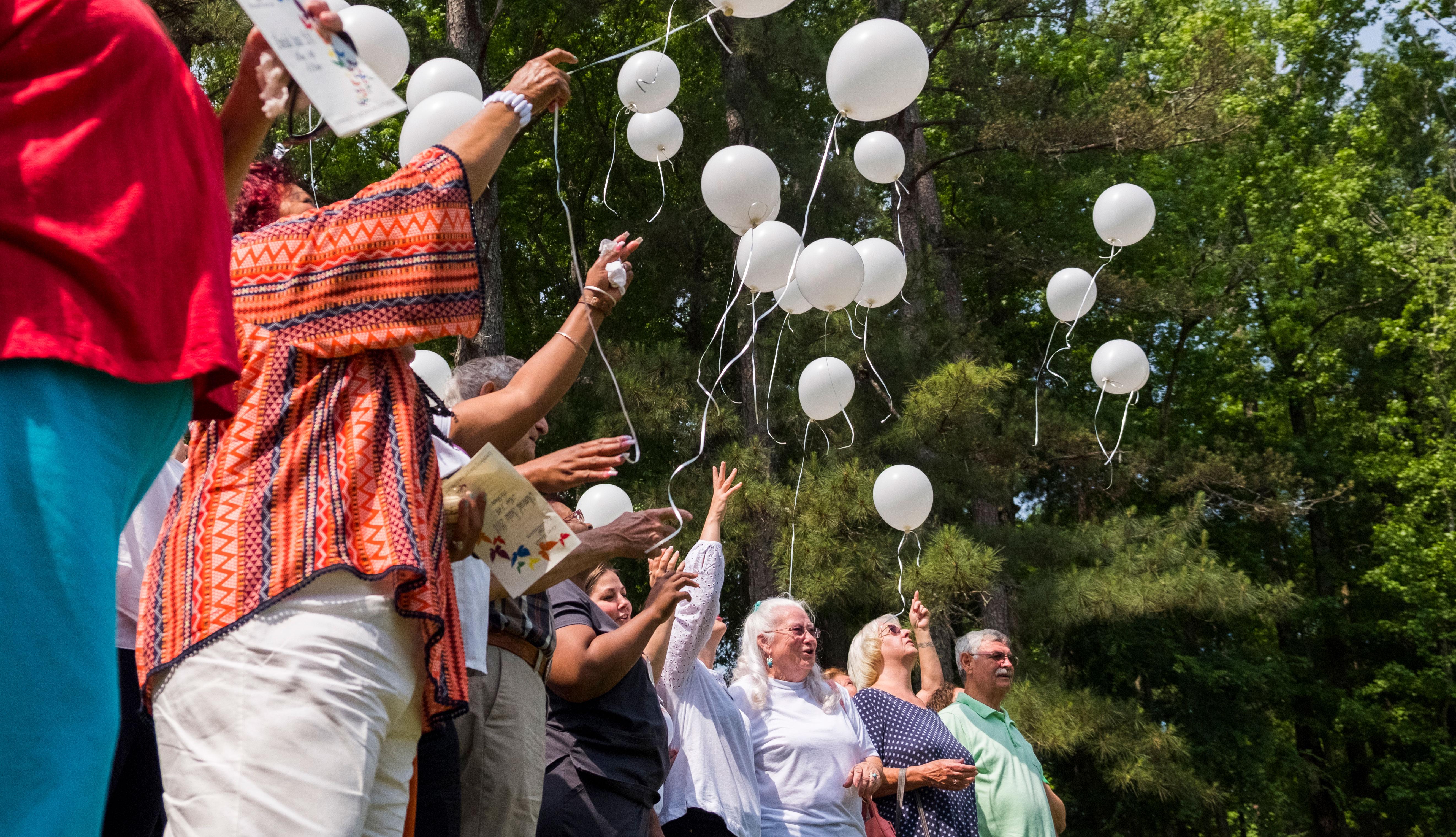 Grupo de personas liberando unos globos