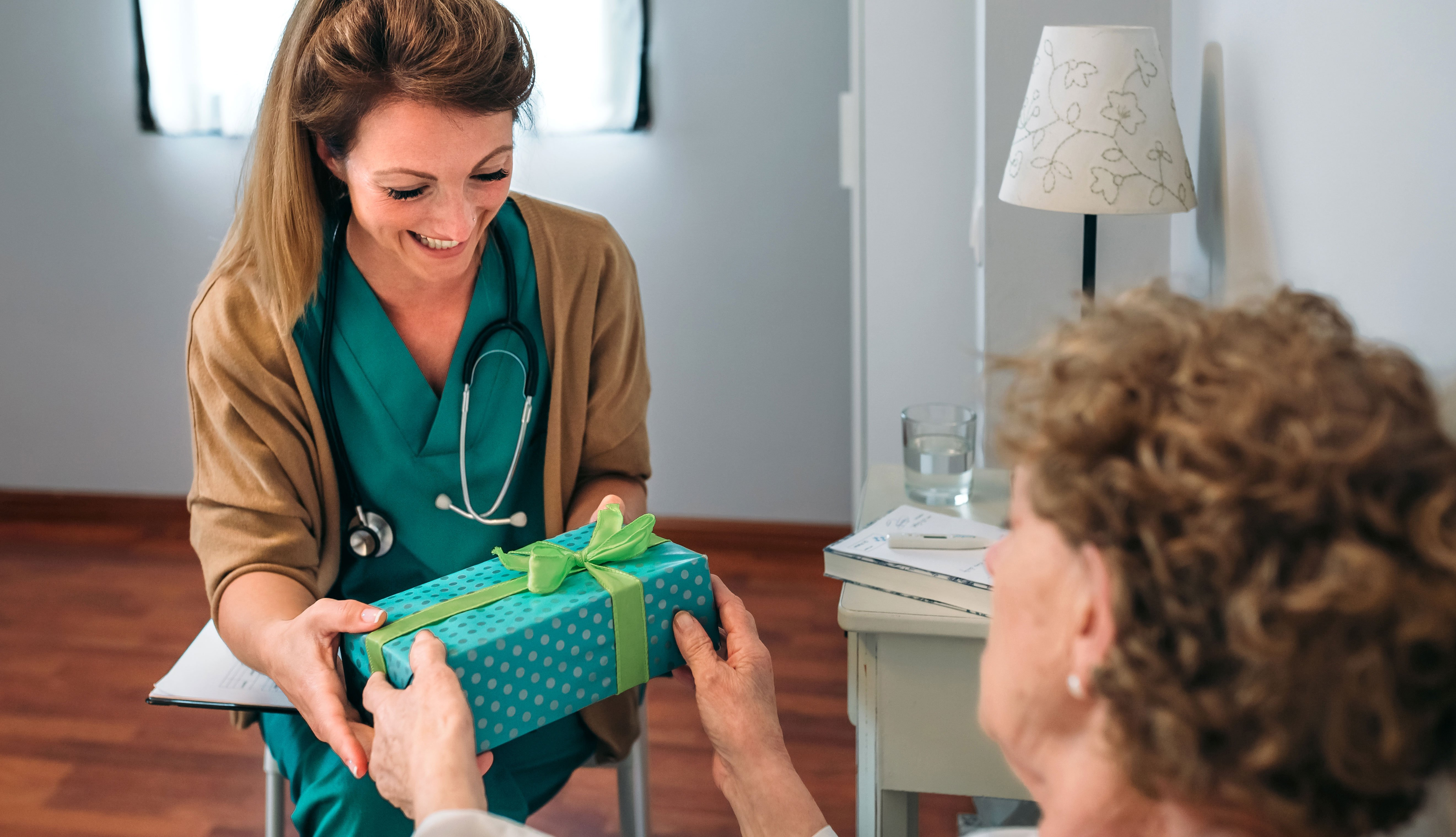 Doctora recibiendo un regalo de un paciente