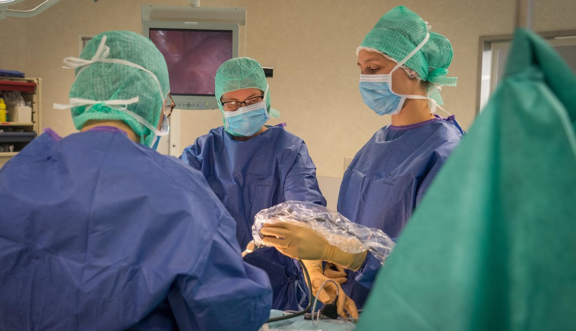 Surgeons performing a laparoscopic hysterectomy