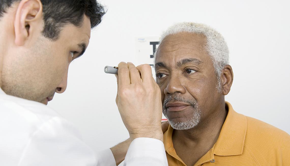 item 3 of Gallery image - Doctor examina los ojos de su paciente