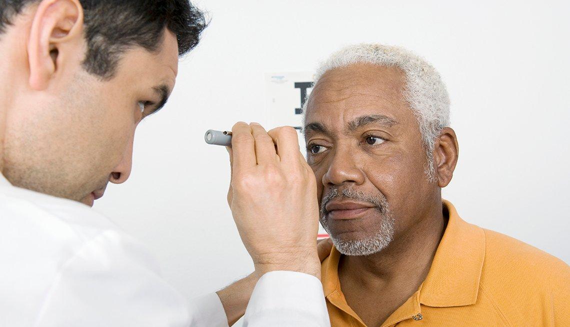 Doctor examina los ojos de su paciente