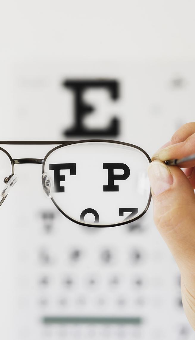 Vista a través de unos espejuelos de un gráfico de exámen de la vista
