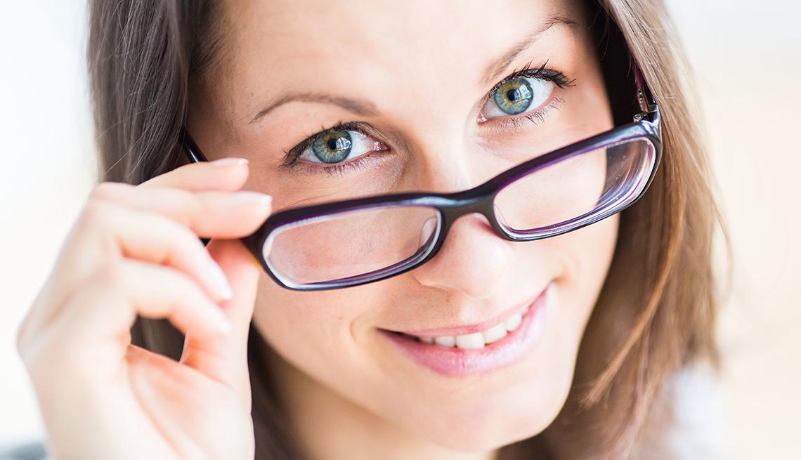 Mujer usando espejuelos