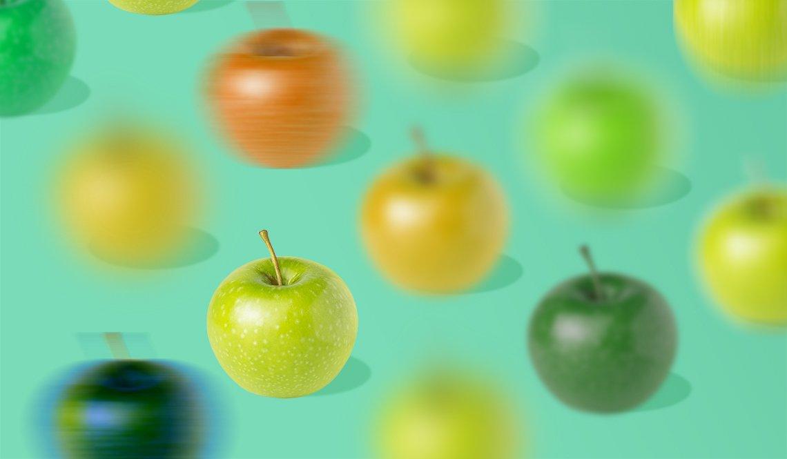 Varias manzanas que se ven borrosas, excepto una