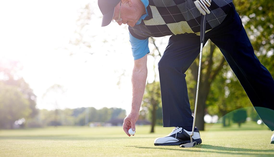 Hombre mayor jugando golf