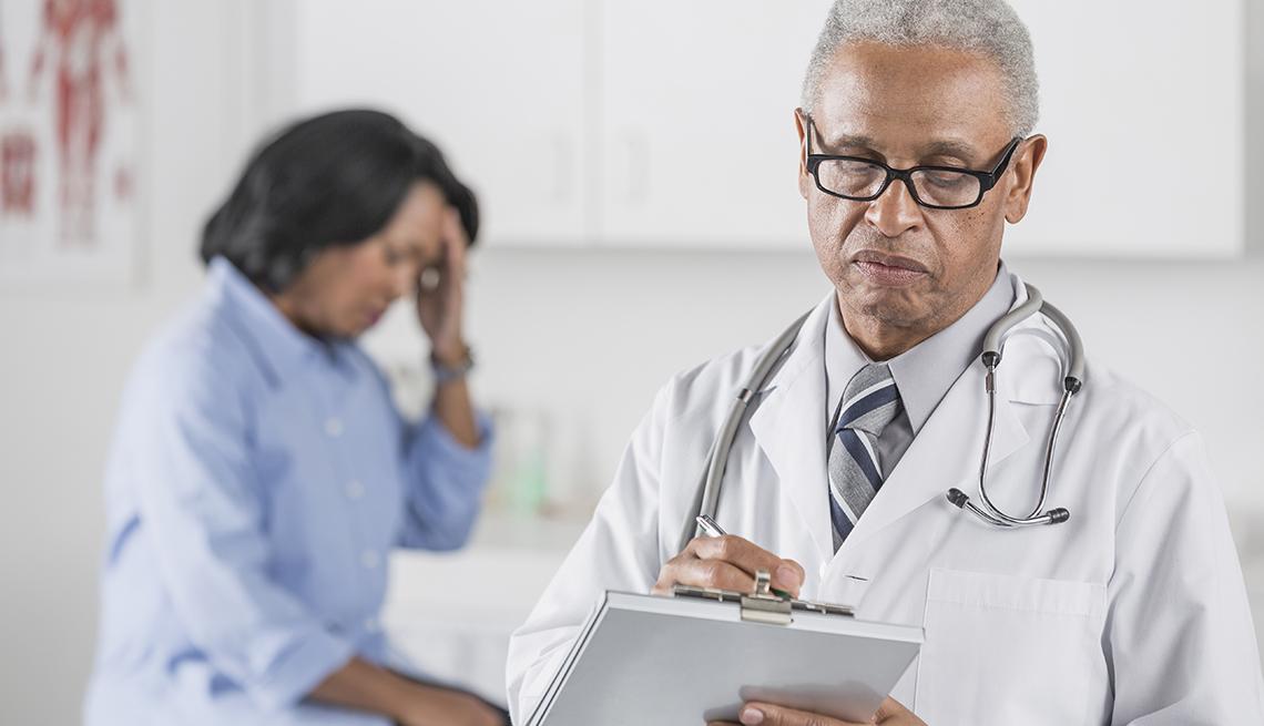 Médico y paciente al fondo