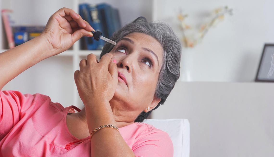 Mujer se pone gotas en los ojos