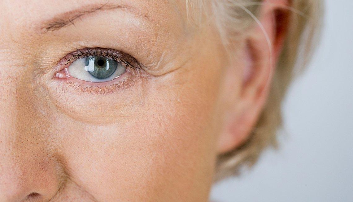Perfil del ojo de una mujer mayor