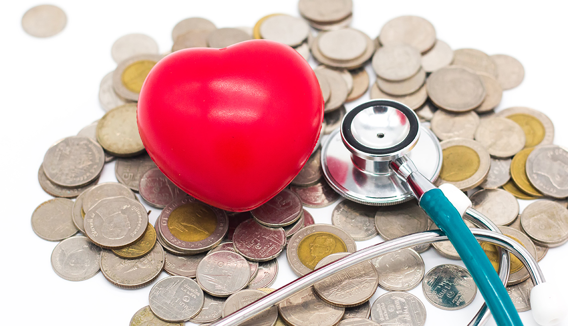 Figura de un corazón, estetoscopio y monedas