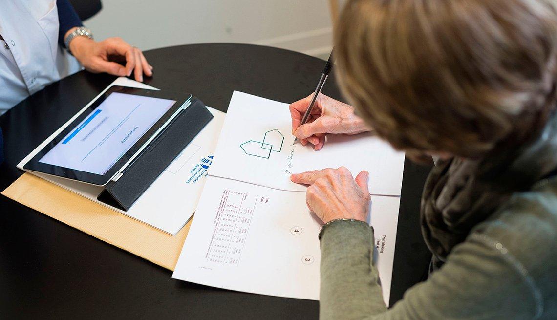 Mujer haciendo una prueba para detectar problemas de memoria