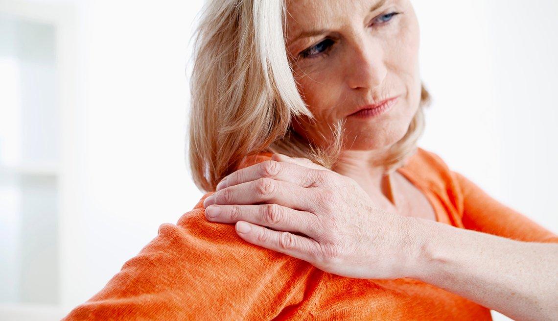 Mujer con su mano en el hombro