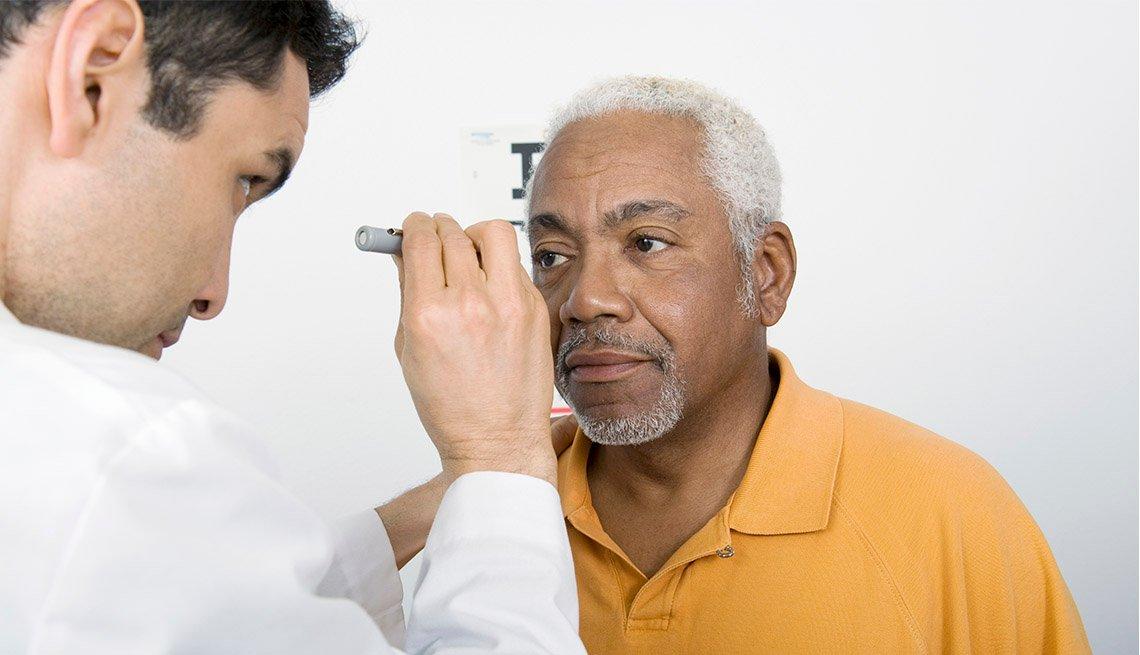 Médico examina los ojos de un paciente