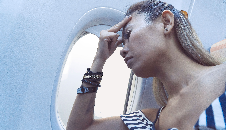 Mujer en un avión