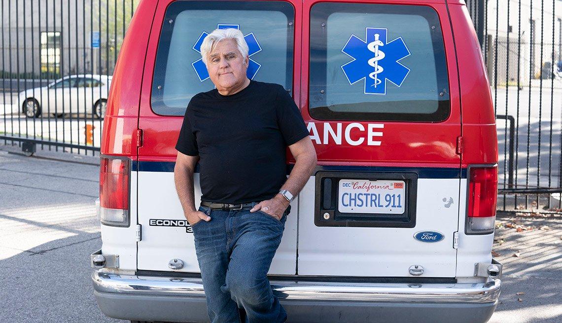 Comediante Jay Leno frente a una ambulancia
