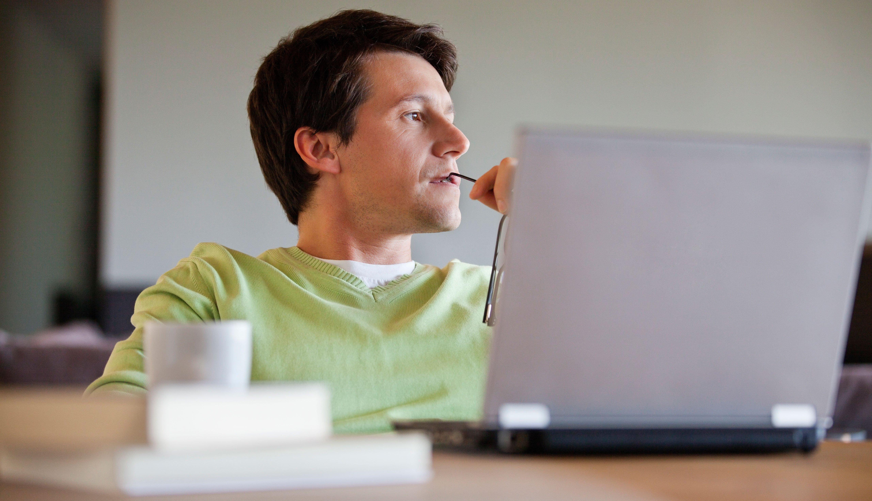 Hombre frente a su computador
