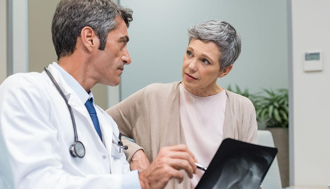 Una paciente en una consulta con su doctor