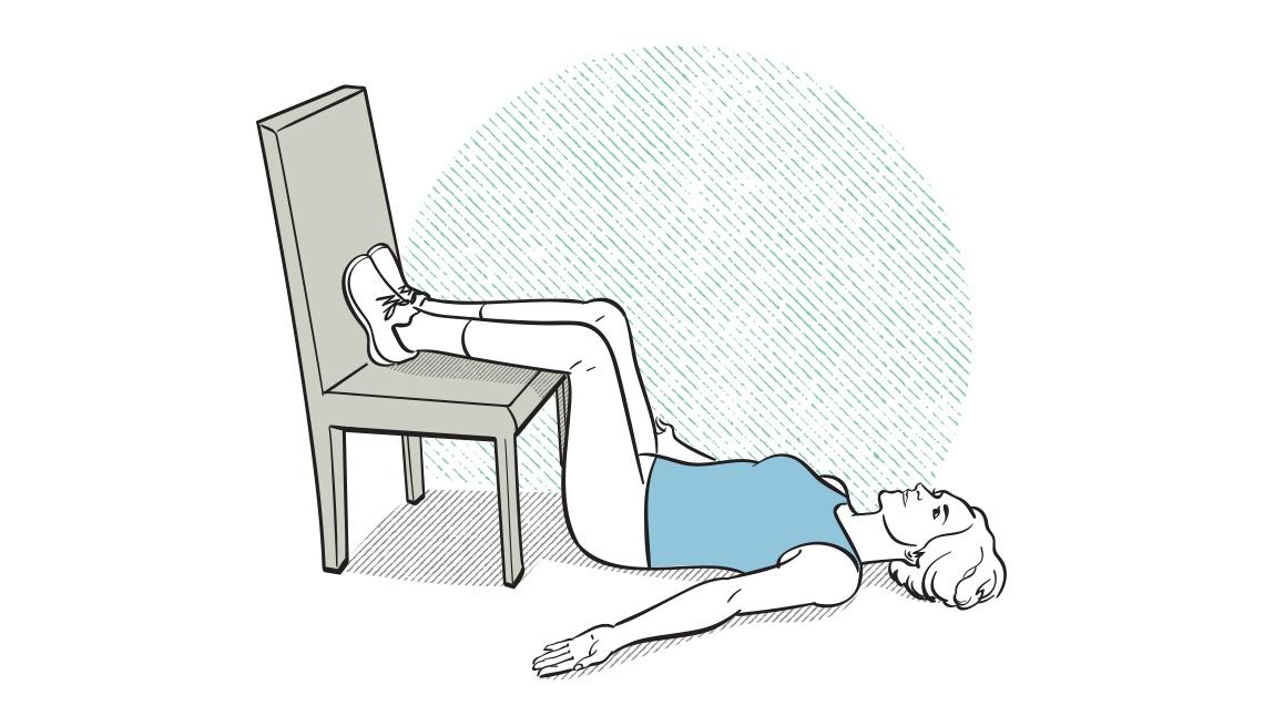 Diagrama de una mujer acostada en el piso y los pies sobre una silla
