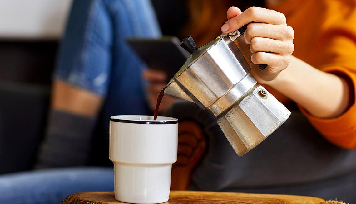 Mujer sirviéndose café